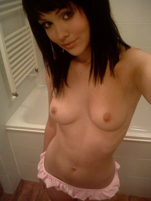 jolie fille seins nus