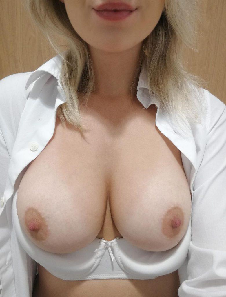 blonde aux beaux seins