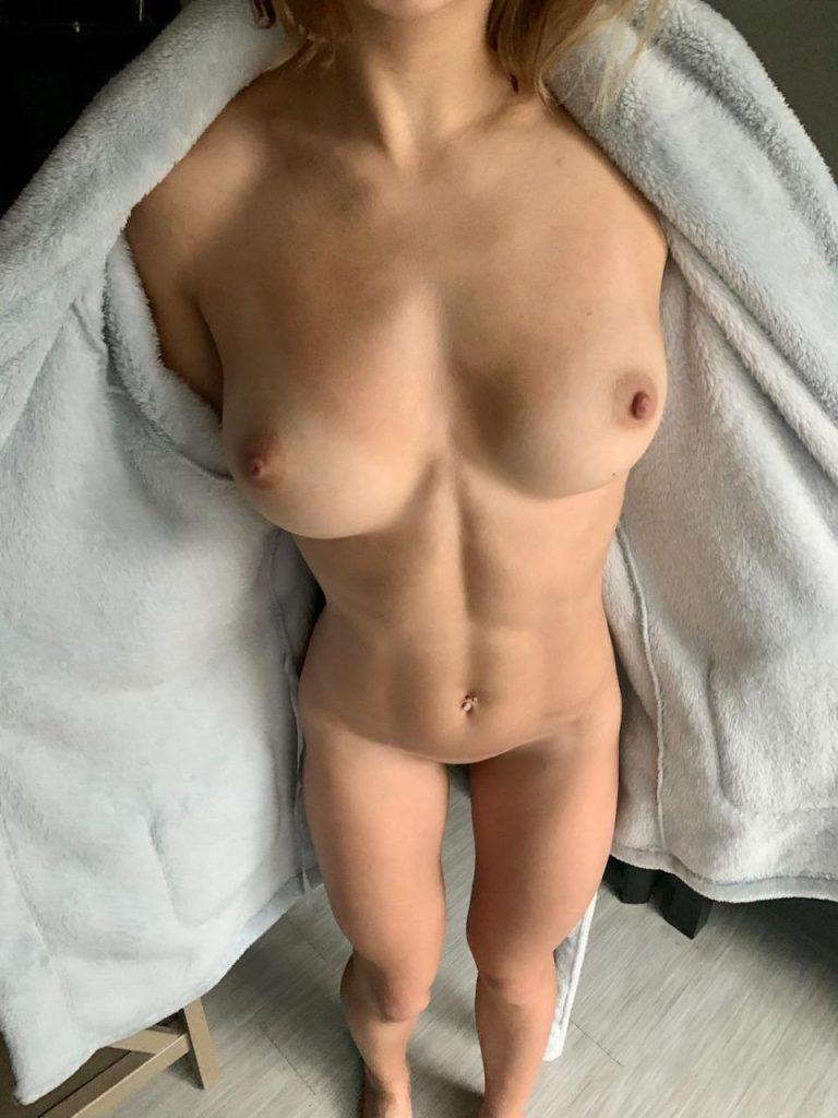 jeune fille se met toute nue