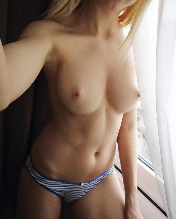 jolie fille montre ses nichons