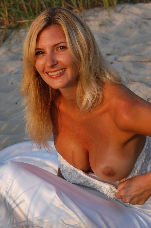 belle mature blonde topless à la plage