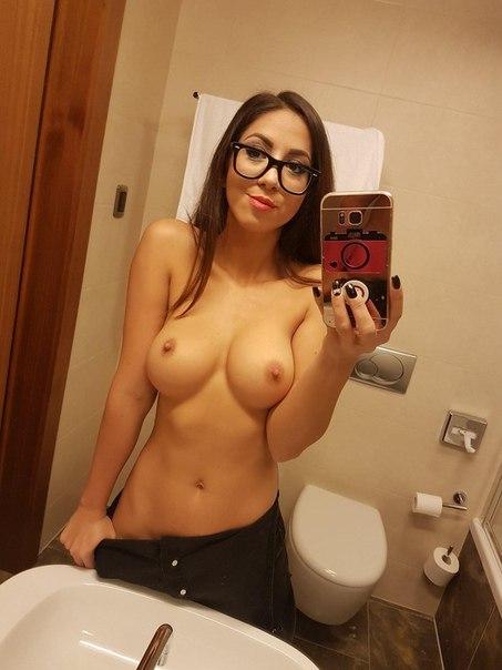 salope à lunettes montre ses gros nichons