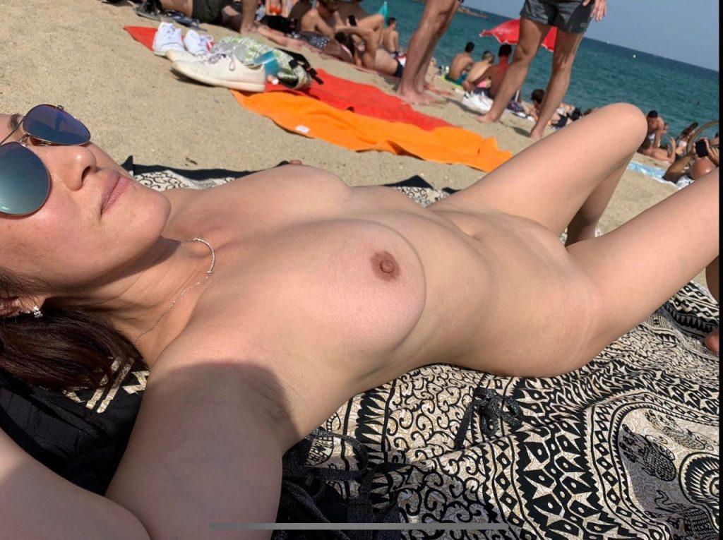 jeune nue à la plage